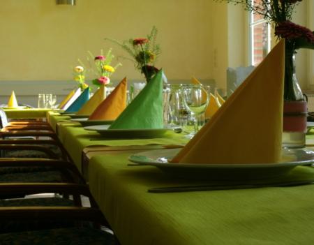 bunt gedeckter Tisch